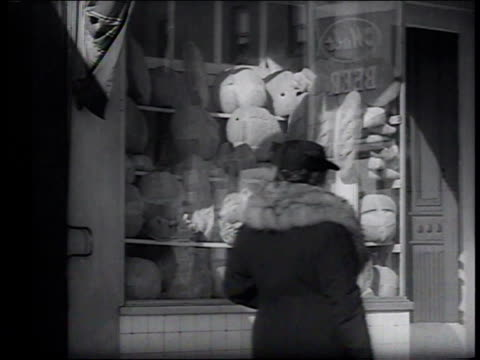 vídeos de stock, filmes e b-roll de 1941 ms pedestrians passing little italy shop window / new york, new york, united states - italian food