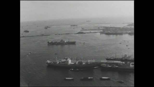 stockvideo's en b-roll-footage met pedestrians stroll on a pier near a docked ship at port of yokohama in kanagawa, japan. - voor anker gaan