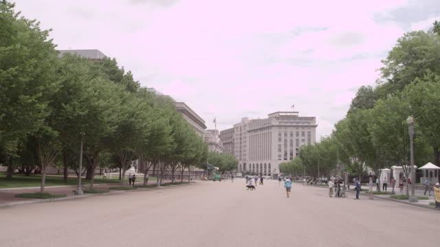 vídeos de stock, filmes e b-roll de ws pedestrians strolling down pennsylvania avenue / washington dc, united states - pennsylvania avenue