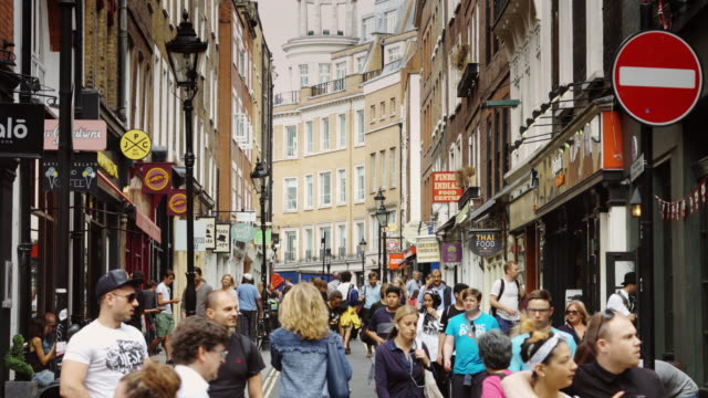 vídeos de stock, filmes e b-roll de pedestrians take over london street - stop placa em inglês
