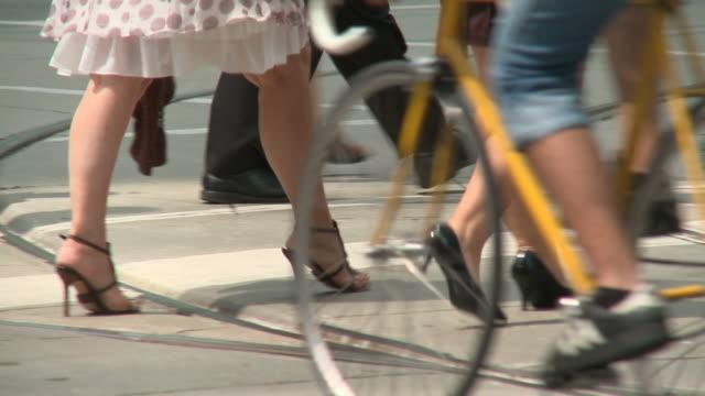 vídeos y material grabado en eventos de stock de hd: peatones - tacones altos