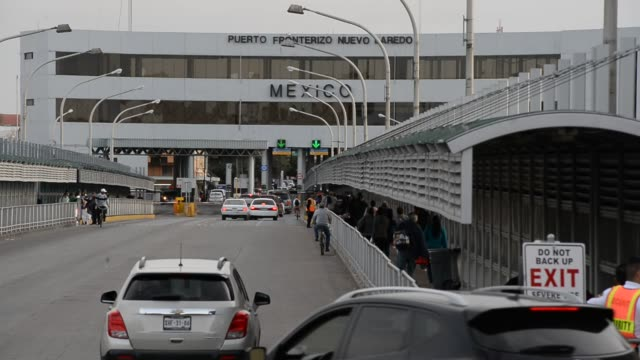 pedestrians walk across to a skybridge to the gateway to the americas and the us, mexico downtown laredo, texas on february 8th, 2016 photographer:... - überdachte brücke brücke stock-videos und b-roll-filmmaterial