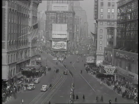 pedestrians walk along the busy streets in times square, new york city, new york. - 1942年点の映像素材/bロール