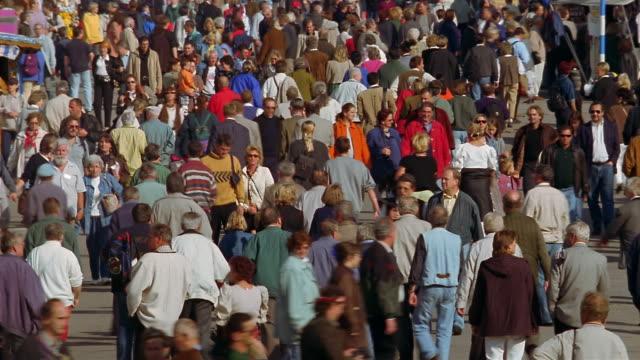 vídeos de stock, filmes e b-roll de pedestrians walk around a shopping area. - alta baviera