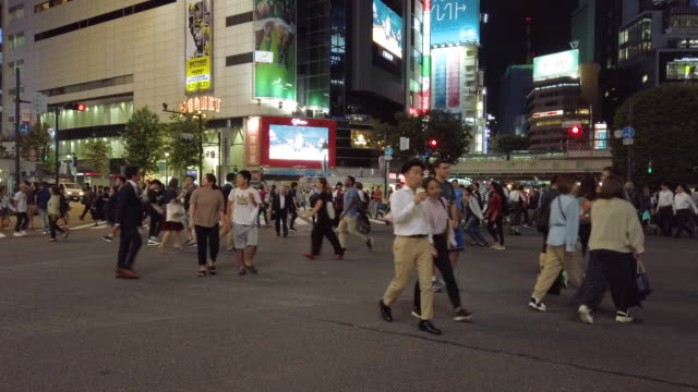 stockvideo's en b-roll-footage met 4k voetgangers lopen bij shibuya crossing in tokio, japan. - shibuya shibuya station