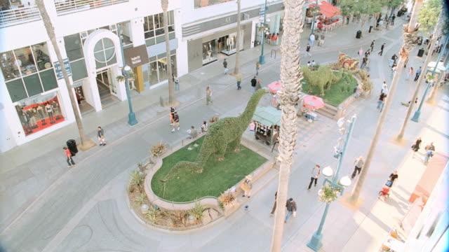 vidéos et rushes de pedestrians walk through the third street promenade in santa monica. - santa monica