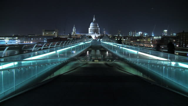 t/l ws pedestrians walking across millennium bridge with st. paul's cathedral in background / london, england - unrecognisable person stock videos and b-roll footage