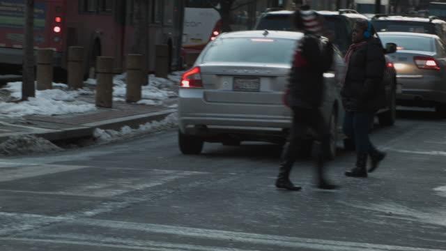 vídeos de stock, filmes e b-roll de pedestrians walking across pennsylvania avenue in washington d.c. - pennsylvania avenue