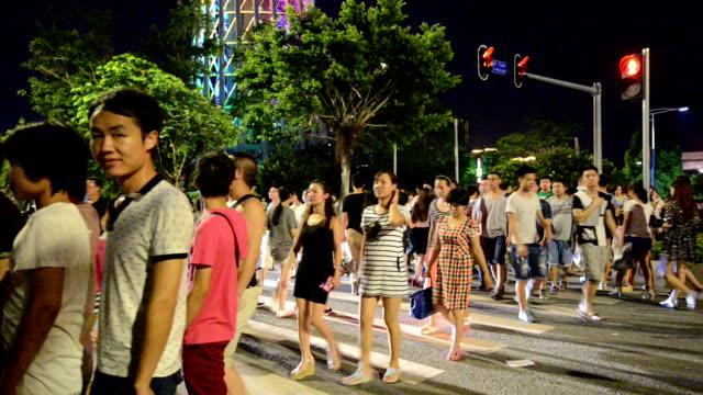 Fußgänger gehen auf Zebrastreifen in der urbanen Stadt guangzhou street, Echtzeit.