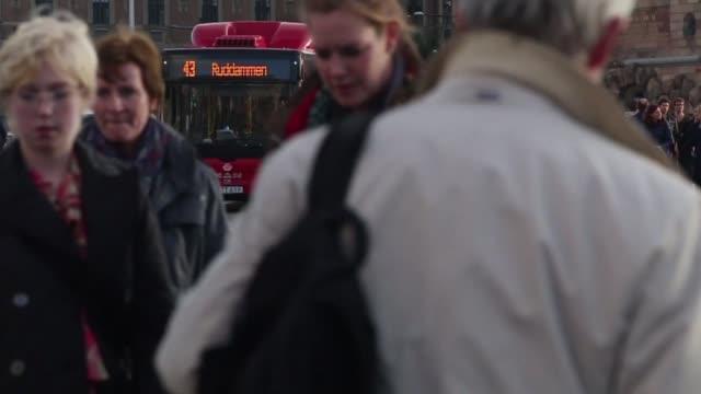 vídeos y material grabado en eventos de stock de pedestrians walking in stockholm, sweden on october 7 wide shot of pedestrians walking through a courtyard, wide shots and close ups of pedestrians... - estocolmo