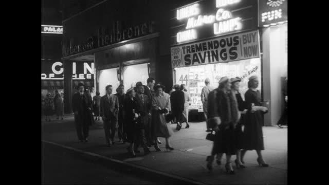 vídeos y material grabado en eventos de stock de ws pov pedestrians walking on pavement outside theater and shops at night / new york city, new york state, united states - turismo vacaciones
