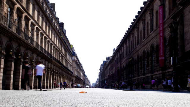 pedoni camminare in rue rivoli parigi, time lapse - paris france video stock e b–roll