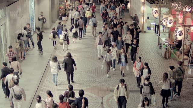 pedestrians walking shinjuku, tokyo, japan. - insel honshu stock-videos und b-roll-filmmaterial