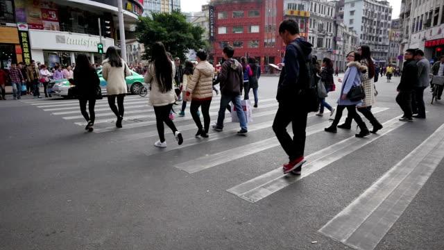 Pedoni a piedi tramite il passaggio pedonale nel moderno street di guangzhou