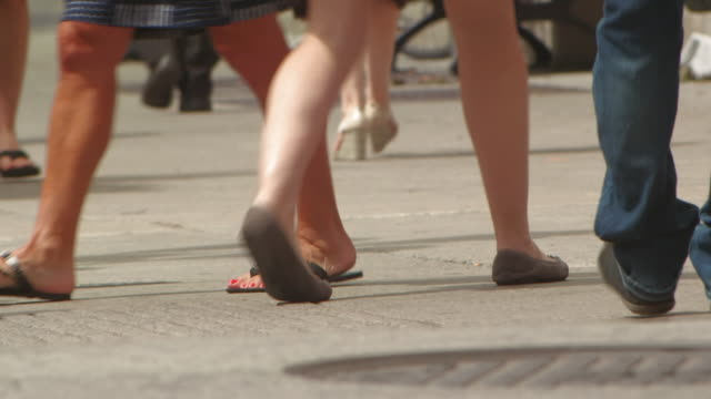 pedestrians walking - 手足点の映像素材/bロール