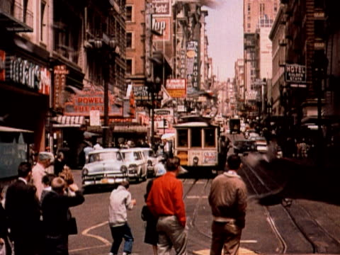 vidéos et rushes de 1960 ms pedestrians watching cable car descend powell street / san francisco, california - san francisco california