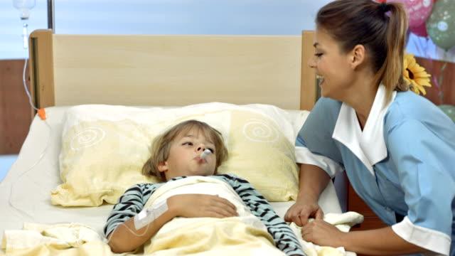 vídeos de stock, filmes e b-roll de hd dolly: pediatric enfermeira levando a temperatura oral - enfermeira pediátrica