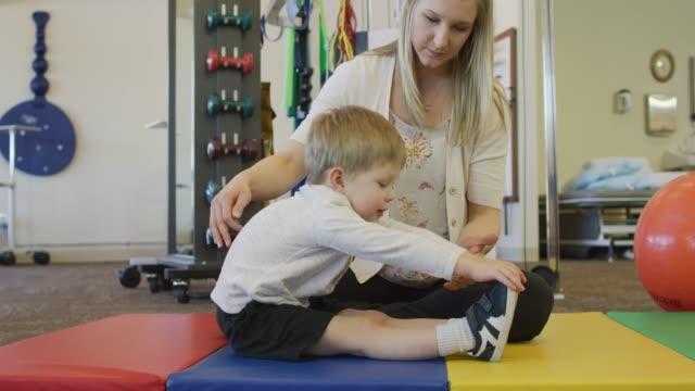 vídeos de stock, filmes e b-roll de fisioterapia pediátrica - physical injury