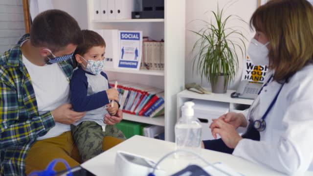 vidéos et rushes de pédiatre examinant un enfant - examiner
