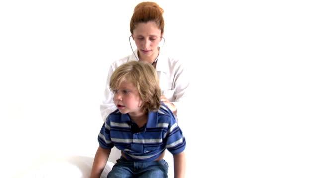 pediatra - stetoscopio video stock e b–roll
