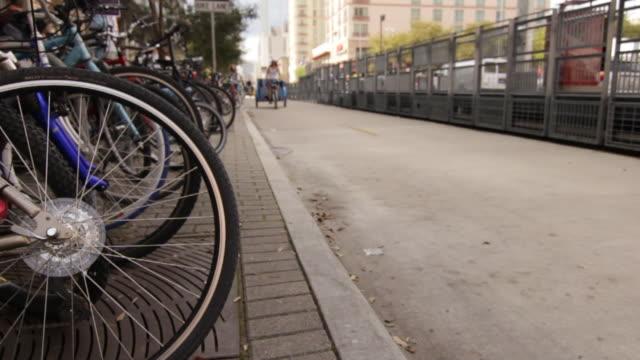 pedicabs riding down a city street - fahrradtaxi stock-videos und b-roll-filmmaterial
