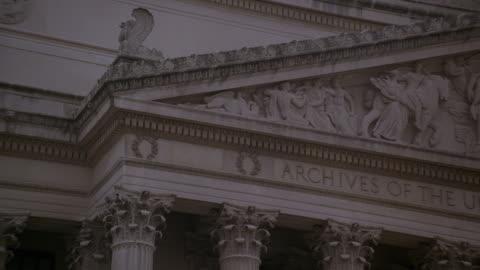 pan pediment, bas relief sculpture, and inscription on the national archives building facade / washington, d.c., united states - fronton bildbanksvideor och videomaterial från bakom kulisserna