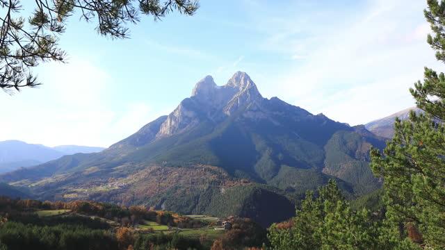 vídeos y material grabado en eventos de stock de otoño de pedraforca; cordillera del cadí, noviembre en las montañas catalanas - pinar