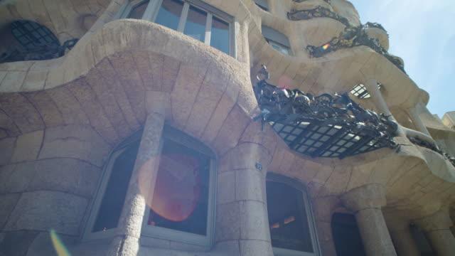 vídeos de stock e filmes b-roll de pedrera casa mila steadicam shot with lens flare. famous building at barcelona, catalonia, sapin - monumento