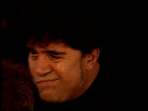 vídeos y material grabado en eventos de stock de pedro almodovar at the 2000 golden globe awards at the beverly hilton in beverly hills california on january 23 2000 - pedro almodóvar