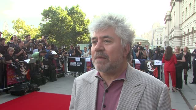 vídeos y material grabado en eventos de stock de pedro almodovar on how he'd define the film on how the film is inspired by a photo which is featured in the movie and on penelope cruz as an actress... - pedro almodóvar