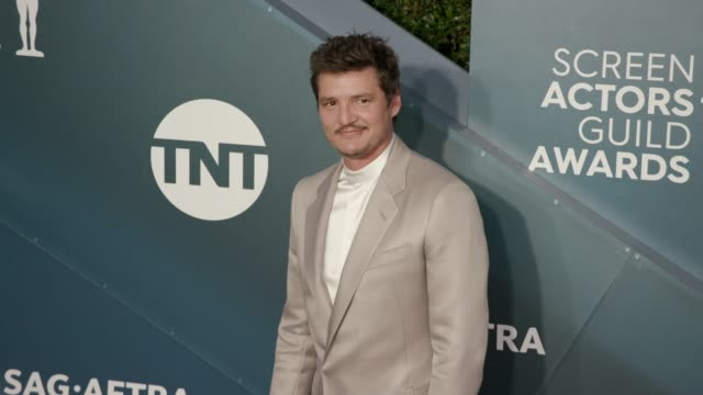 vídeos de stock, filmes e b-roll de pedro pascal at the 26th annual screen actors guild awards - arrivals at the shrine auditorium on january 19, 2020 in los angeles, california. - screen actors guild awards