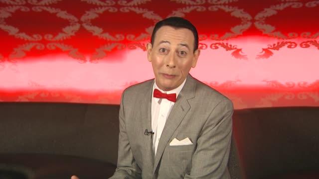 vídeos de stock, filmes e b-roll de pee wee herman on his christmas special at the 'the peewee herman show' junket at los angeles ca - espetáculos de variedade