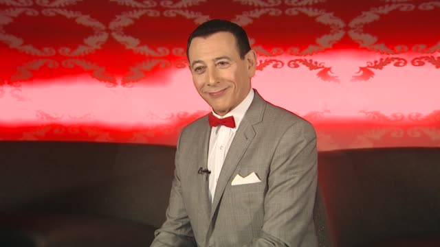 vídeos de stock, filmes e b-roll de pee wee herman on how it feels to be back and why now seemed like a good time to revive the show at the 'the peewee herman show' junket at los... - espetáculos de variedade