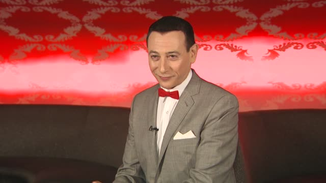 vídeos de stock, filmes e b-roll de pee wee herman on the nicest thing he's heard from a fan on twitter or facebook at the 'the peewee herman show' junket at los angeles ca - espetáculos de variedade