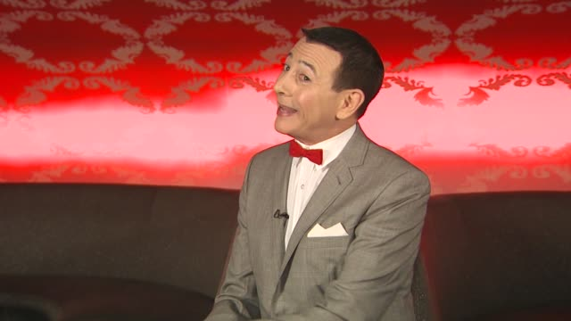 vídeos de stock, filmes e b-roll de pee wee herman on what fans can expect from the production at the 'the peewee herman show' junket at los angeles ca - espetáculos de variedade