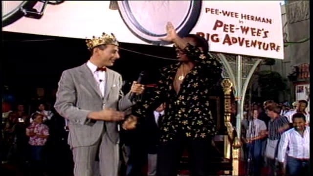 vídeos y material grabado en eventos de stock de pee wee's big adventure premiere, pee wee herman talking to eddie murphy about his outfit in los angeles, california - 1985