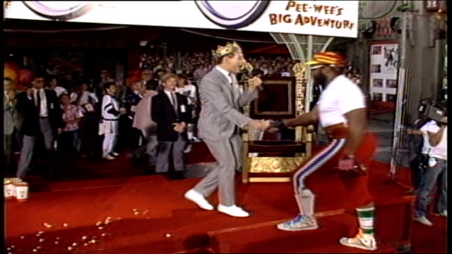 vídeos y material grabado en eventos de stock de pee wee's big adventure premiere, pee wee herman talking to mr t about his part in big adventure in los angeles, california - tcl chinese theatre