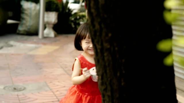 ピーカブー ゲーム: 中国語の新年のお祝いと女の赤ちゃん - 隠れる点の映像素材/bロール