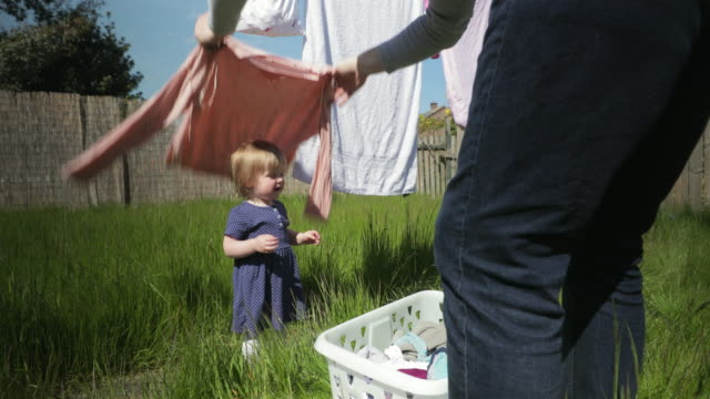 peekaboo mit papa - hängen stock-videos und b-roll-filmmaterial