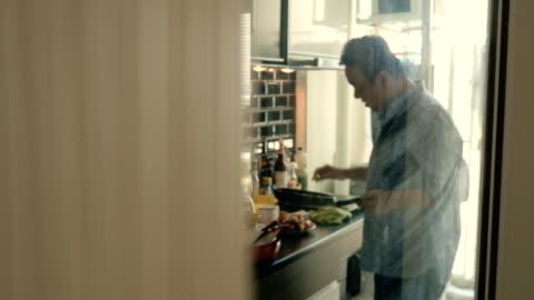 vídeos y material grabado en eventos de stock de marido mira en cocina - grasa nutriente
