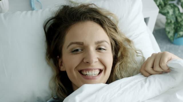 Spähen unter Bettdecke