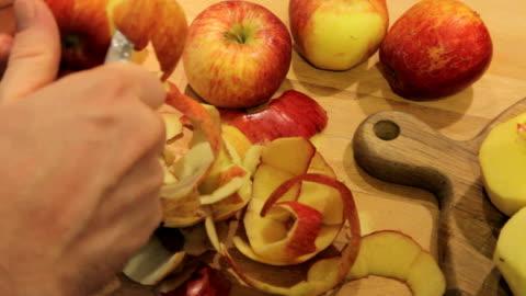 stockvideo's en b-roll-footage met peeling apples in the autumn - pellen