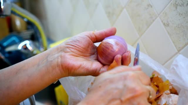 peeling onion - peeling food stock videos & royalty-free footage