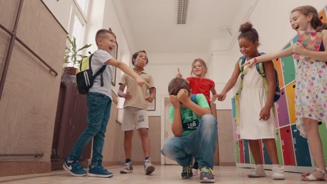 vídeos y material grabado en eventos de stock de violencia entre pares en la escuela - bullying