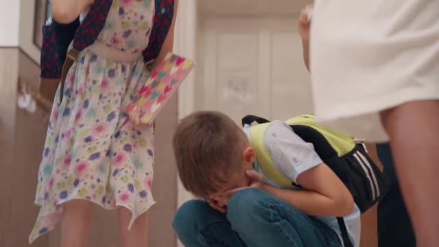 peer gewalt in der schule - childhood stock-videos und b-roll-filmmaterial