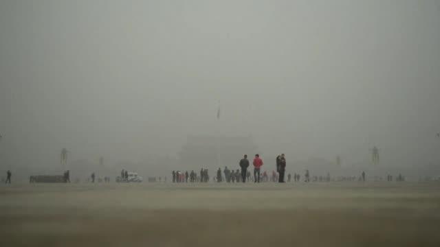 pekin amanecia este martes con el cielo despejado despues de dias sumida en una densa de nube de contaminacion que registro niveles record - azul stock videos & royalty-free footage