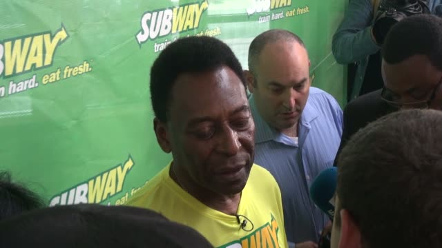 stockvideo's en b-roll-footage met pele subway's brand ambassador speaks to the press at a soccer clinic at chelsea piers in new york ny on 7/31/13 - chelsea piers