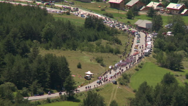 zo peloton approaching col de montgenèvre, briançon, france - ツール・ド・フランス点の映像素材/bロール