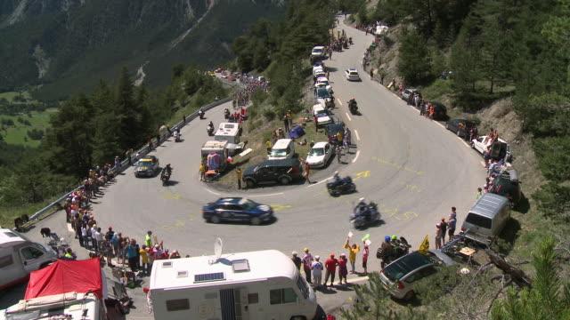 ws peloton climbing col de montgenevre, briancon - ツール・ド・フランス点の映像素材/bロール