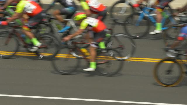 vidéos et rushes de peloton group of men racing in a road bike bicycle race. - slow motion - origine ethnique